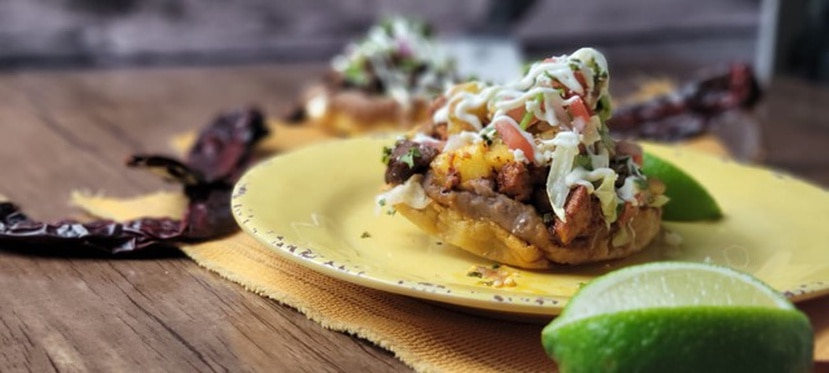 Además de su cocina, Cantina Carnitas Mexicana cuenta con un ambiente relajado y una terraza al aire libre  que combina un ambiente cálido, acogedor, sencillo y urbano.