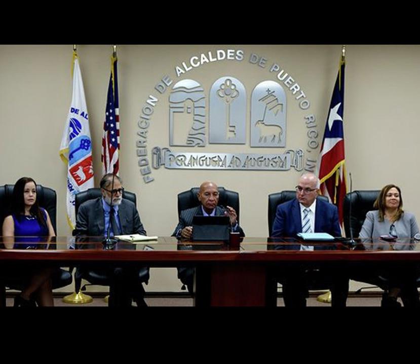 Desde la izquierda: Lissette Feliciano, administradora del municipio; Juan Saavedra-Castro, abogado y socio de WMC; Carlos Méndez, alcalde de Aguadilla; Pablo Rivera, asesor y Evelyn González, directora legal. (Suministrada)