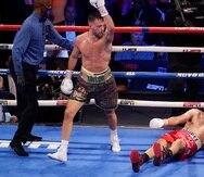 El escocés Josh Taylor festeja tras derribar al mexico-estadounidense José Ramírez.