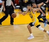 Stephen Curry (con el 30) le roba el balón a Tyrese Haliburton en la primera mitad del juego de ayer.