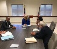 Familiares y amigos de Carlos Muñiz Varela se han reunido con la gobernadora Wanda Vázquez Garced. (GFR Media)