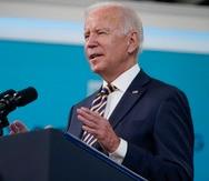 El presidente Joe Biden brinda.