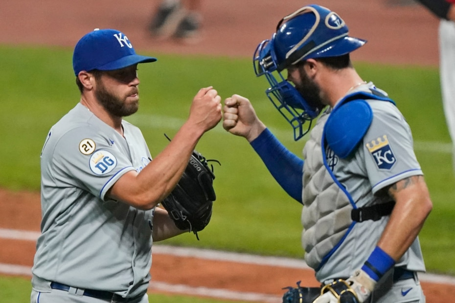 Greg Holland (izq.) y Cam Gallagher, de los Royals de Kansas City, colocaron el número de uniforme de Clemente en las mangas de sus camisas.