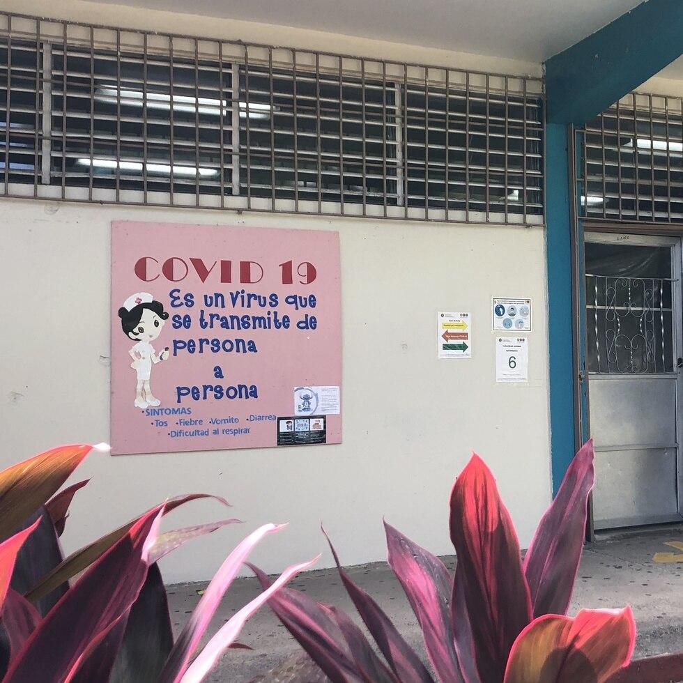 Un cartel educativo sobre el COVID-19 en la escuela Onofre Carballeira Umpierre, en Cataño.