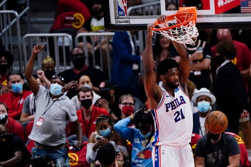 El pivot de los 76ers de Filadelfia Joel Embiid donquea el balón en el tercer juego de la serie de semifinales de la Conferencia Este ante los Hawks de Atlanta.
