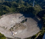 Vista aérea del radiotelescopio de Arecibo luego del colapso total del domo gregoriano que estaba suspendido sobre el plato reflector.