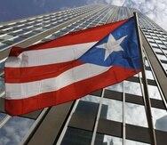 En la foto una bandera de Puerto Rico frente a un edificio en Nueva York. (GFR Media)