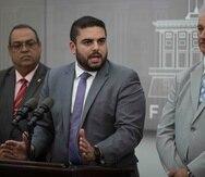 Tras un año y nueve meses en el cargo, Anthony Maceira Zayas (centro) destacó entre sus logros el haber manejado los recortes presupuestarios impuestos por la Junta de Supervisión Fiscal.
