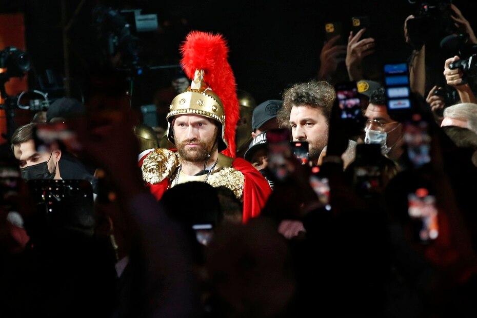 En inglés Tyson Fury, campeón mundial pesado del Consejo Mundial de Boxeo (CMB), hace su entrada hacia el cuadrilátero vestido de romano.