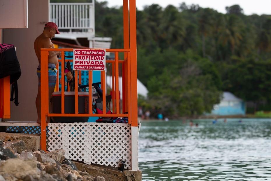 El alza en el mar ha provocado que, en algunos segmentos de la costa, el agua choque con los balcones de las casas como esta en la playa Buyé, en Cabo Rojo.