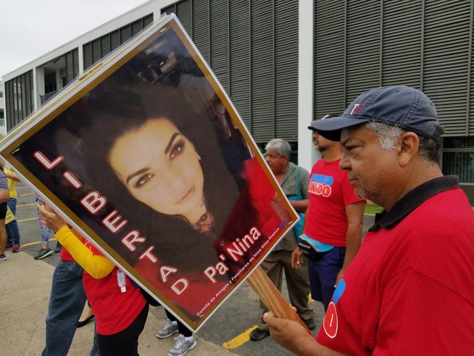 Los manifestantes también reclamaron la excarcelación de Nina Droz, quien se declaró culpable en el tribunal federal por intentar quemar el edificio Popular Center, en Hato Rey, en la protesta del 2017.