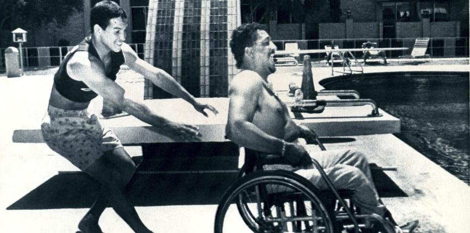 Camacho  bromea con Raymond Muhammad, lanzándolo a la piscina del hotel Riviera en Las Vegas el 10 de agosto de 1985 en la mañana de su pelea con José Luis Ramírez. (Archivo)