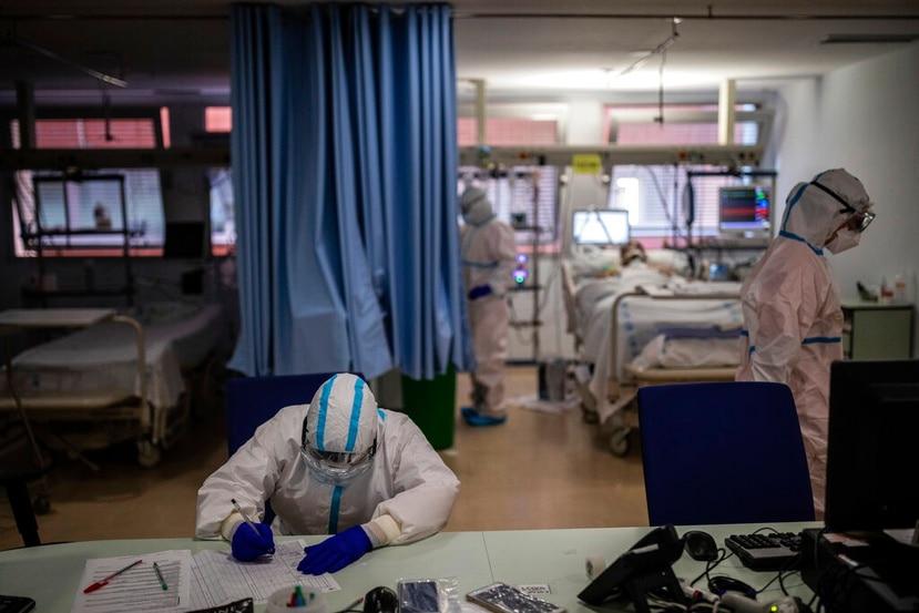 Miembros de un equipo médico trabajan en la Unidad de Cuidados Intensivos de COVID-19.