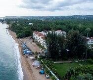 Ciudadanos opuestos a la reconstrucción de las instalaciones recreativas en el condominio Sol y Playa establecieron un campamento en la playa Los Almendros, en Rincón, que es hábitat de anidamiento de tortugas marinas.