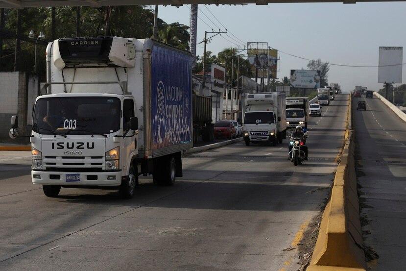 Camiones del ministerio de Salud parten de San Salvador, El Salvador con vacunas contra el COVID-19 donadas por el gobierno salvadoreño a la vecina Honduras.