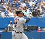 Miguel Cabrera de los Tigers de Detroit observa la trayectoria de su jonrón 500 en las Grandes Ligas durante el juego contra los Blue Jays de Toronto.