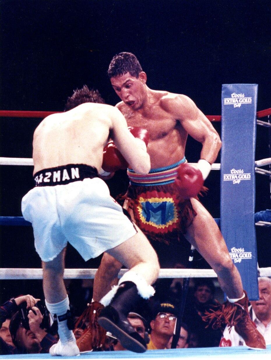 """Durante su combate contra  Vinny Pazienza el 3 de febrero de 1990 en Atlantic City, Nueva Jersey, Camacho portaba un atuendo con la letra """"M"""" por su apodo """"Macho"""". (Archivo)"""
