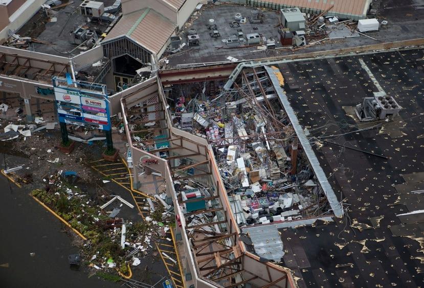 Las cifras más recientes en la Oficina del Comisionado de Seguros  indican que al 30 de junio de 2021, las aseguradoras habían recibido 303,044 reclamaciones por el huracán María. De esas, un 69% se cerraron con pago, 30% se cerraron sin pago, y aún queda un 1% (cerca de 2,997 casos) en litigios. En la foto, Plaza Palma Real, en Humacao, tras el paso del ciclón.