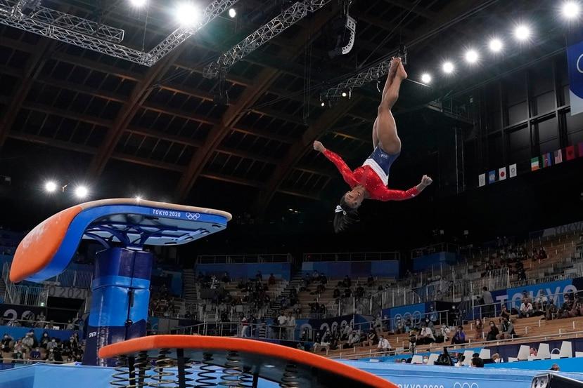 Simone Biles durante un salto en los Juegos Olímpicos de Tokio 2020 antes de retirarse de la competencia.