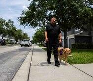 Omar Delgado junto a su mascota de servicio Jediah.