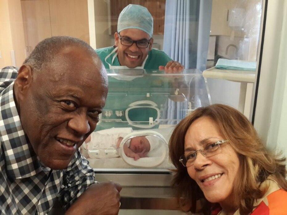Johnny Ventura posa junto con una de sus nietas en una foto tomada en el 2014.