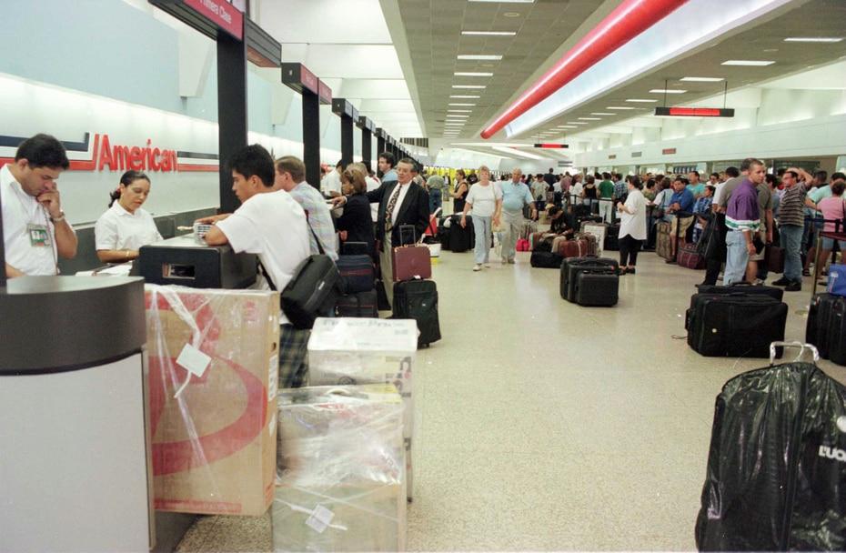 Foto de archivo de pasajeros en el terminal de American Airlines, el 11 de de septiembre de 1996, tras el paso del huracán Hortense.