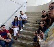 De izquierda a derecha, los estudiantes Héctor Alicea, Zahivette López, Cristian Delgado, Brandon Pagán, Nelly Pérez y la profesora de Biología Carmen Maldonado Vlaar, quien asignó a sus alumnos investigar la industria del cannabis. (Suministrada)