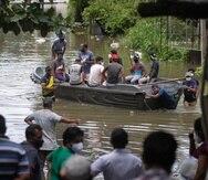Los habitantes de Sri Lanka varados debido a las inundaciones viajan en un bote en una calle inundada tras las fuertes lluvias en Malwana, en las afueras de Colombo, Sri Lanka.