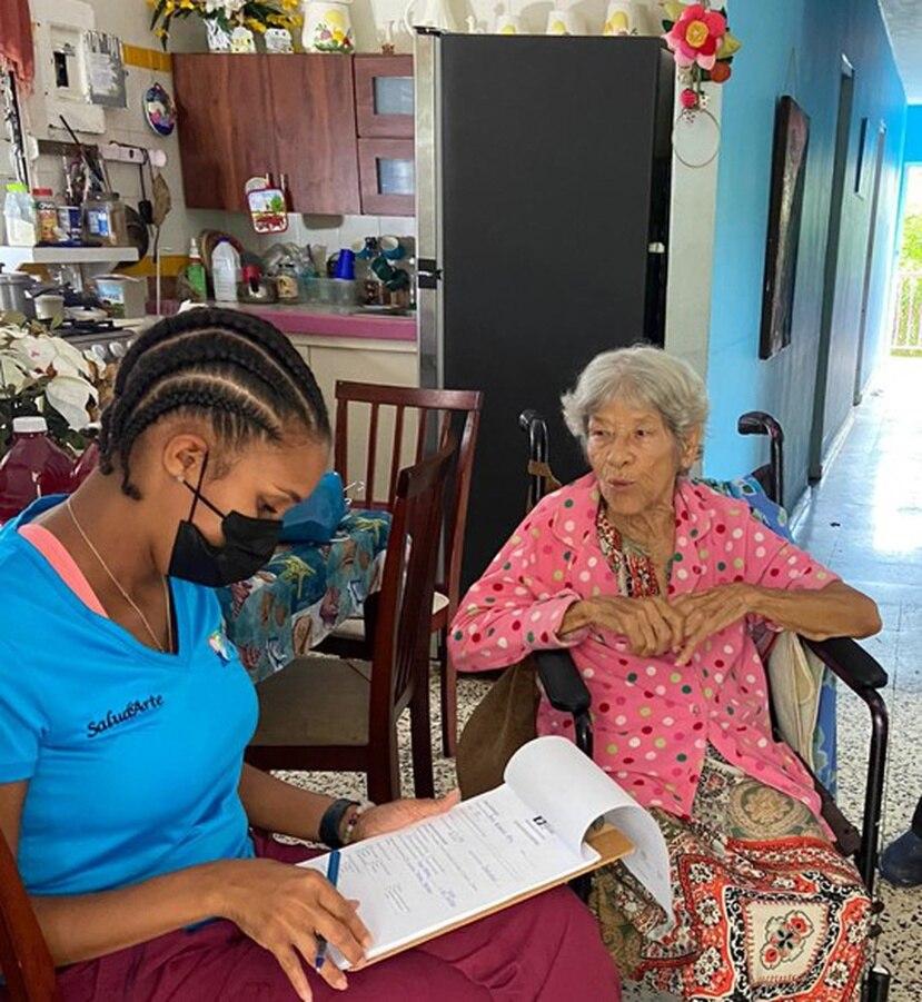 Beneficiarios de SaludArte en la comunidad La Central, en Canóvanas, comparten experiencias con los coordinadores del programa.