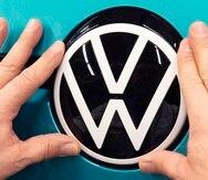 En esta fotografía del martes 25 de febrero de 2020 un empleado da los últimos toques a un vehículo eléctrico de Volkswagen, en Zwickau, en el este de Alemania.