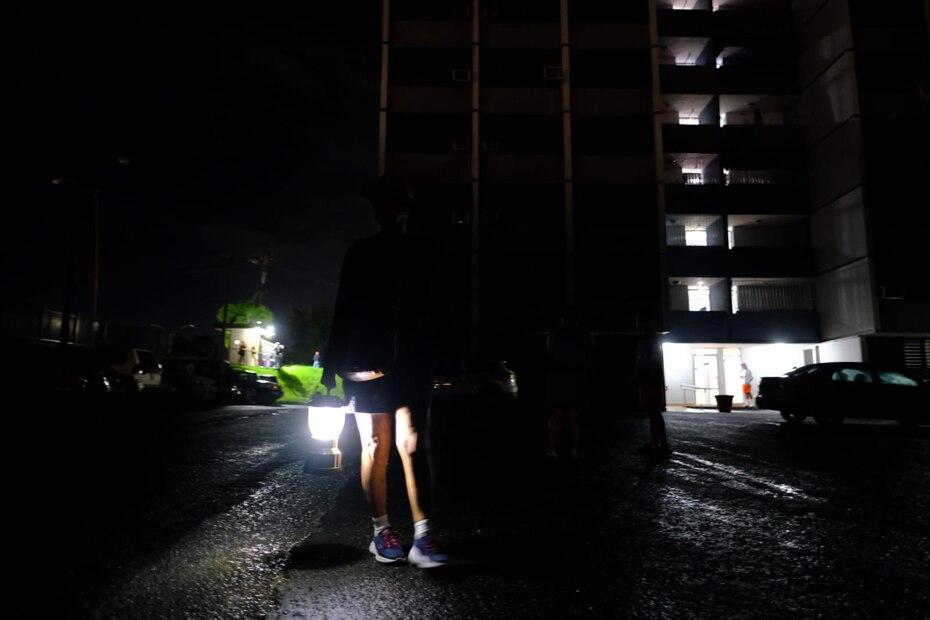 Vecinos de una comunidad en Santurce salieron a la calle luego de registrarse el temblor.