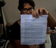 Yunior García Aguilera muestra una carta de respuesta del gobierno negándoles permiso para marchar, durante una entrevista en su casa en La Habana, Cuba.