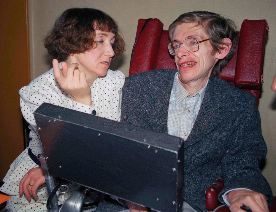 A los 22 años le diagnosticaron una rara forma de Esclerosis Lateral Amiotrófica (ALS). Justo antes de casarse con su primera esposa, Jane, médicos predijeron que no tenía mucho tiempo para vivir. Estuvieron casados por 26 años y tuvieron tres hijos. (AP)