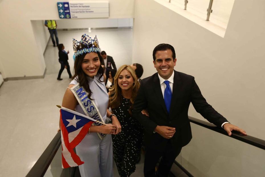 La joven dio su primer saludo a los pasajeros que aguardaban o recién llegaban de sus vuelos, mientras portaba la bandera de la Isla.