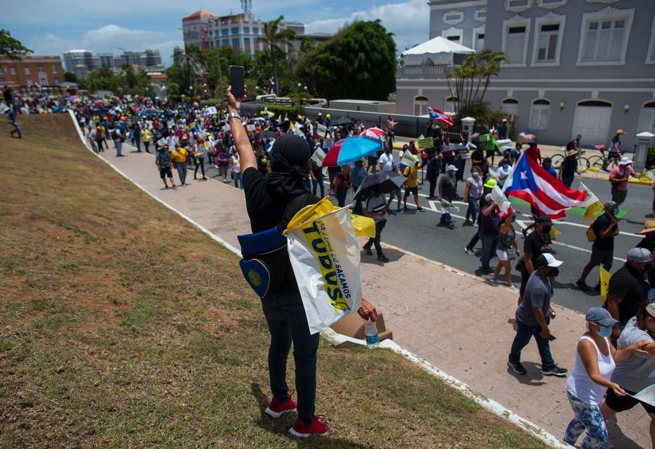 La marcha convocada por la Asociación de Empleados activos y Jubilados de la AEE comenzó, cerca de las 11:15 a.m., en el parque Luis Muñoz Marín, desde donde se trasladarían al Capitolio y, luego, hasta La Fortaleza.
