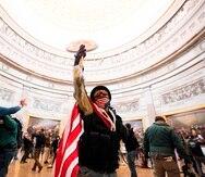 Seguidores del presidente de EE.UU., Donald Trump, irrumpen en el Capitolio, sede del Congreso estadounidense, en Washington, este 6 de enero de 2021. EFE/Jim Lo Scalzo