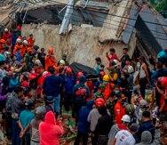 Miembros de los equipos de rescate indonesios transportan el cuerpo de una víctima del terremoto.