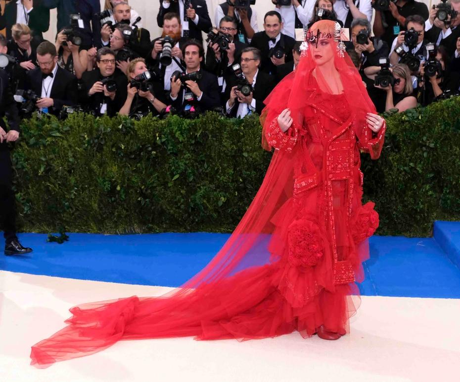 Katy Perry lució un vestido con un velo carmesí creado para ella por John Galliano mientras que el vanguardista traje de Lasichanh, no tenía aberturas para los brazos, ni siquiera para las manos. (AP / Charles Sykes / Invision)