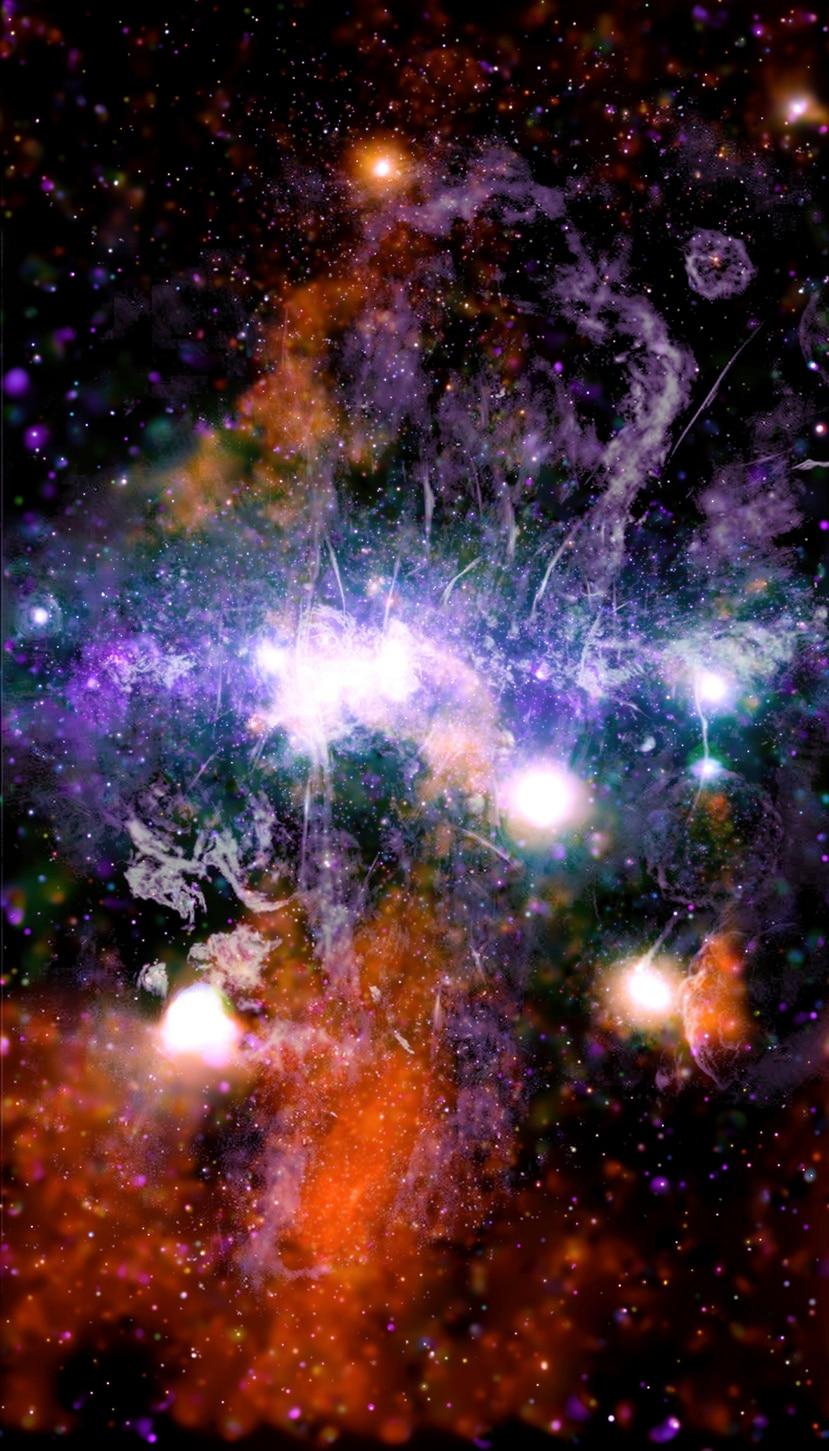 Esta imagen facilitada por la NASA el viernes 28 de mayo de 2021 y a la que se le pusieron colores muestra puntos de rayos X y radiofrecuencia iluminados así como chorros de gas supercaliente y campos magnéticos en el centro de la vía Láctea.