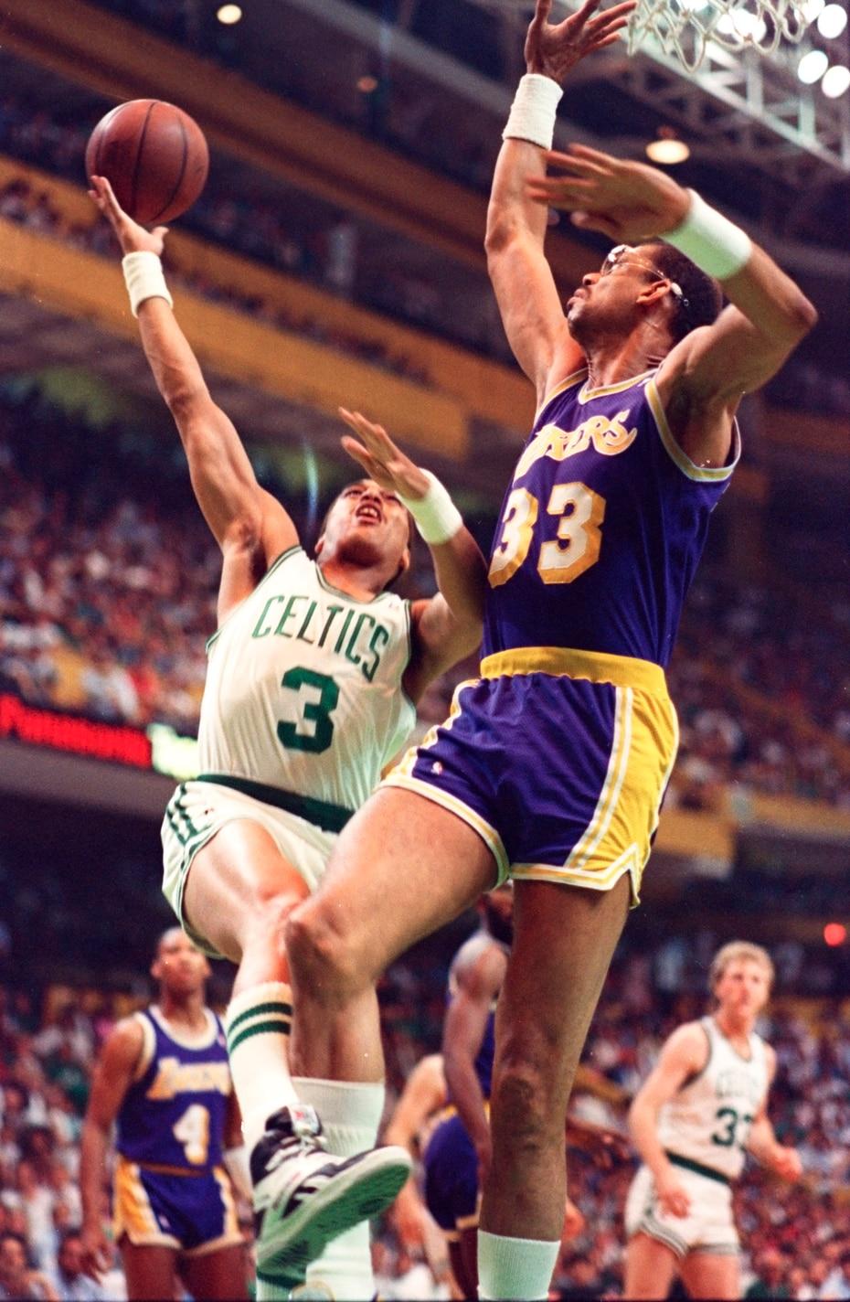 El legendario centro de los Lakers de Los Ángeles Kareem Abdul-Jabar tuvo su último temporada en la NBA en 1989 con 41 años.  Comenzó en 74 partido con promedio de 10.4 puntos.