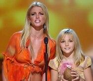 Foto de archivo de 2002, cuando Britney y Jamie Lynn Spears presentaron un premio durante los Teen Choice Awards en Los Ángeles.