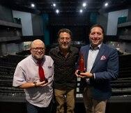 De izquierda a derecha: Jochi Dávila, Eduardo Cabrer y Jorge Pérez, quienes muestran la pieza de arte que se le obsequia a los artistas y productores que se presentan en el Coca-Cola Music Hall.