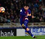 En esta imagen del 14 de enero de 2018, el delantero argentino Lionel Messi anota el cuarto gol del Barcelona en un partido de La Liga española ante la Real Sociedad en el estadio Anoeta, en San Sebastián, España.