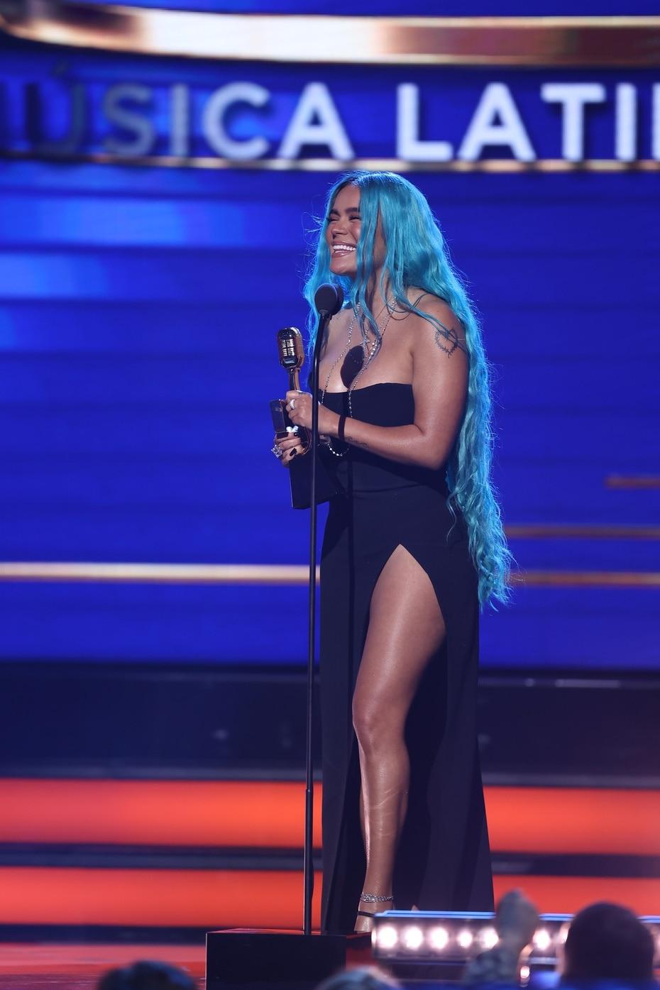 La cantante urbana colombiana Karol G se llevó el premio de artista femenina.