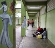 13 DE MARZO 2012. BAYAMON, PR. ESCUELA PABLO CASALS. INSPECCION OCULAR DE LA COMISION DE EDUCACION DE LA CAMARA PARA REALIZAR UN ESTUDIO SOBRE LOS PROBLEMAS DE INFRAESTRUCTURA QUE ENFRENTAN LAS ESCULAS PUBLICAS. EN LA FOTO ESTUDIANTES EN LOS PASILOS Wanda Liz Vega / El Nuevo Dia 2012
