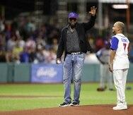 David Ortiz, junto a Osuna, cuando realizó el primer lanzamiento durante la Serie del Caribe en Puerto Rico a principios de febrero.