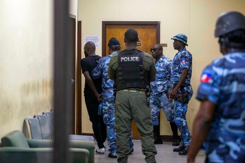 ARCHIVO - En esta fotografía de archivo del 25 de enero de 2021, el recluso Arnel Joseph es conducido de regreso a la Penitenciaría Nacional después de que compareciera esposado ante un juez en Puerto Príncipe.