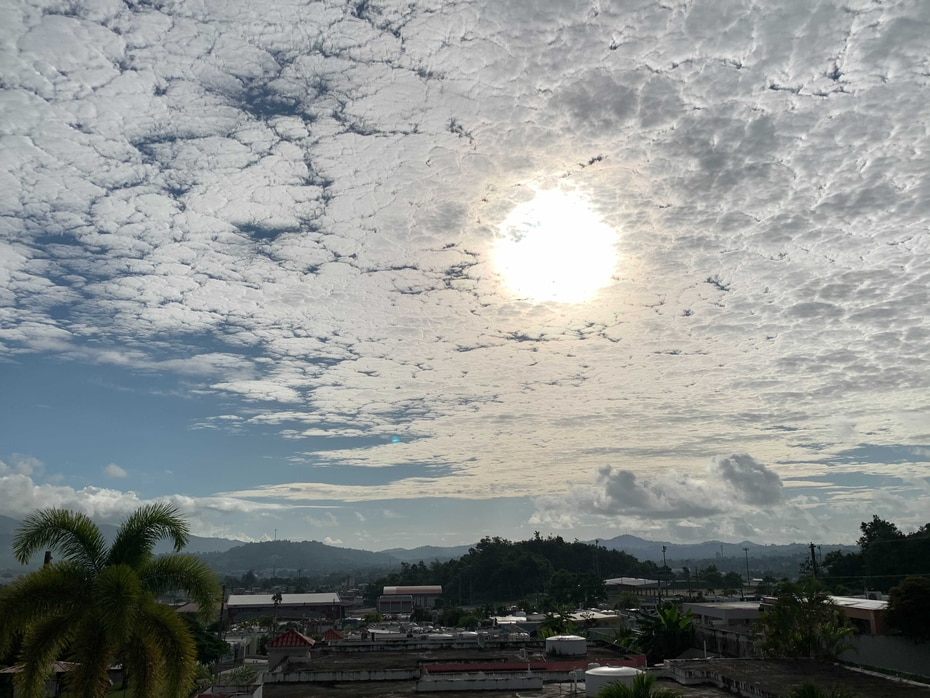 El evento de nubes altocumulus se extendió hacia todos los cielos de Puerto Rico se dominó durante varias horas de la mañana. Aquí una imagen del cielo en Juncos.