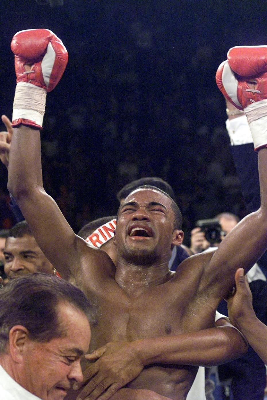 """1999   Félix """"Tito"""" Trinidad celebra su triunfo por decisión mayoritaria sobre el entonces campeón invicto Oscar De la Hoya. (Gary Williams)"""