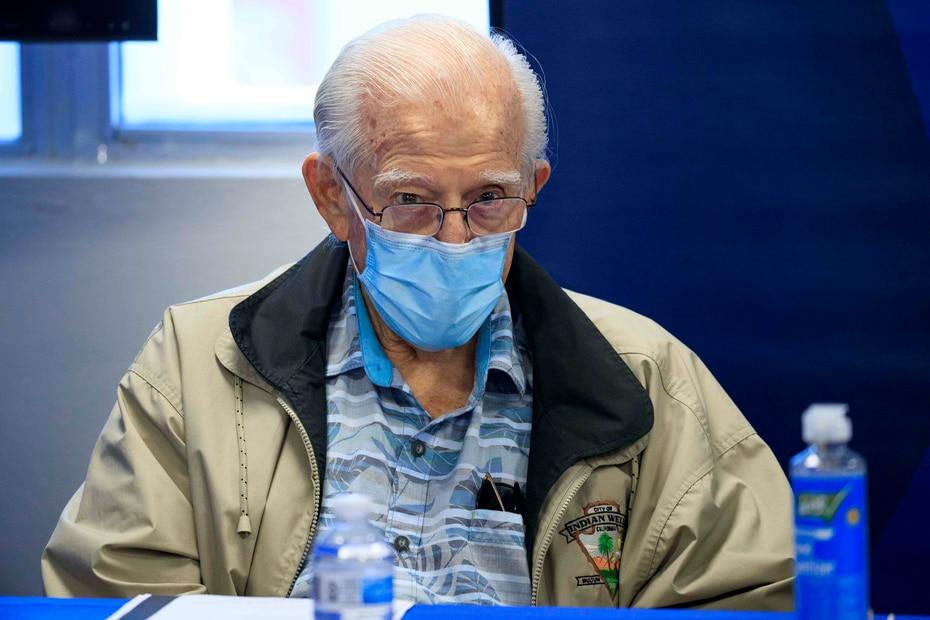 El exgobernador Carlos Romero Barceló fue una de las figuras presentes en la reunión del directorio.